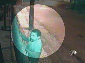 Condomínio no Caminho das Árvores é assaltado pelo mesmo ladrão 4 vezes - A última ação foi na madrugada do último dia 2. Morador divulgou na internet imagens captadas por câmeras de segurança.