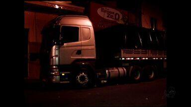 Homem morre esmagado embaixo de caminhão - Polícia investiga causas do acidente.