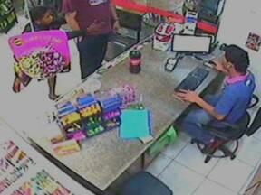 Bandidos assaltam loja em posto de gasolina - Dois bandidos invadiram a loja de conveniência, renderam um funcionário e levaram R$ 300 do caixa. Na saída, ainda renderam um cliente, roubando sua carteira e alguns pertences.
