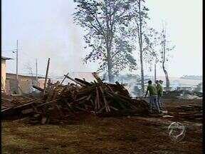 Incêndio atinge parte de uma madeireira em Sarandi - Se não chover, os restos de madeira podem voltar a queimar.