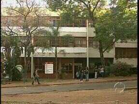 Servidores da UEM entram em greve - Alguns blocos não foram abertos para as aulas