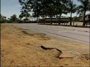 Motoristas reclamam de buracos e falta de estrutura na Raposo Tavares em Paranapanema, SP - O trecho da Raposo Tavares entre Itapetininga (SP) e Paranapanema (SP) é motivo de preocupação para muitos motoristas. Eles alegam que buracos, falta de acostamento e desrespeito aos limites de velocidade são os principais problemas da rodovia.