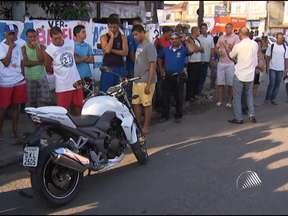 Guarda Municipal morre após batida entre moto e caminhão - A vítima pilotava a motocicleta. O acidente ocorreu na Cidade Baixa, em Salvador.