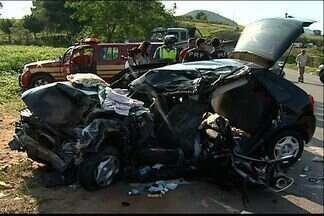 Duas pessoas morrem em acidente na BR-101 em Fundão, no ES - Automóvel invadiu contramão e colidiu com caminhão. Duas pessoas ficaram feridas e foram levadas ao Hospital Dório Silva.