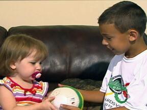 Menino de 8 anos doa dinheiro de prêmio à amiga com leucemia - Wyatt Erber ganhou US$ 1 mil numa gincana e doou todo o prêmio para a vizinha Cara Kielty, de 2 anos, que sofre com um câncer que atinge a medula óssea. A menina tem 90% de chance de ficar curada.