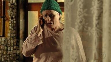 Lucinda avisa a Jorginho dos planos de Max - Ela avisa que o amante de Carminha mandou Nilo ficar na cola de Débora. Jorginho não consegue falar com a acrobata e decide procurá-la no treino. Nina se desespera com a situação