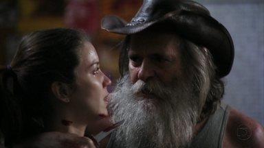Nilo prende Débora no vestiário e Carminha comemora - A megera promete pagar cinco mil reais ao catador e Max repreende a amante