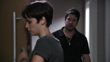 Avenida Brasil - Capítulo de quarta-feira, dia 19/09/2012, na íntegra - Tufão vai à casa do filho e se enfurece ao ver Nina