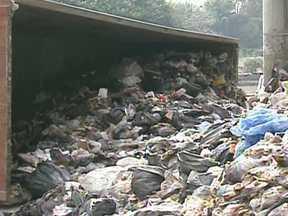 Caminhão carregado de lixo tomba na Avenida do Estado (SP) - Um caminhão carregado de lixo tombou perto da Rua Mariano Pamplona, já na cidade de São Caetano. A carga se espalhou pela calçada e quase cobriu o orelhão. Parte da pista ainda está interditada para que a área possa ser limpa.