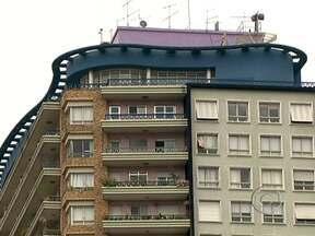Prédios de arquitetura antiga fazem sucesso em São Paulo - Edifícios antigos viraram objetos de desejo de clientes que enfrentam até fila de espera e estão dispostos a pagar pequenas fortunas pra morar em lugares assim. O metro quadrado de um apartamento num prédio dos anos 40 pode custar R$ 12 mil.