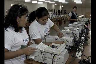 Eleições: tecnologia garante que votos cheguem mais rápido no local de apuração - Técnicos preparam urnas para as votações. No Pará, 19 mil urnas serão usadas.