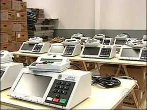 Urnas eletrônicas começam a ser preparadas para as eleições em todo o estado - O período eleitoral está aí e as urnas começam a ser preparadas para as eleições. Os dados de eleitores e candidatos estão sendo colocados nas máquinas em todos os cartórios do estado.