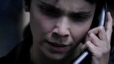 Nina liga para Lucinda - Na delegacia, Jorginho é obrigado a se separar da namorada. Nina conta para Lucinda que foi vítima de mais uma armação de Carminha