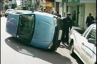 Carro capota no centro de Passo Fundo - Motorista atropelou jovem, colidiu em dois carros e capotou na esquina da ruas Moron e Fagundes dos Reis