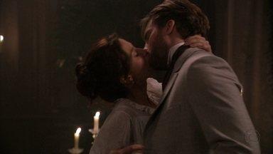 Laura e Edgar ficam juntos - Ela diz claramente que quer ser mulher dele