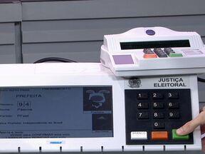 Globo Comunidade esclarece o funcionamento da urna eletrônica - Com o objetivo de esclarecer qualquer dúvida dos eleitores no momento do voto, especialista explica o funcionamento dos aparelhos utilizados em uma seção eleitoral. Ele comenta também pequenas mudanças no processo de votação deste ano.