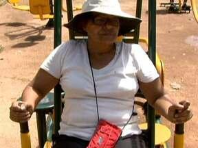 Pontos de encontro comunitário são convite ao bem estar dos idosos - Os pontos de encontro comunitário são locais com equipamentos públicos, montados ao ar livre, que podem ser usados por qualquer pessoa. Eles foram planejados para idosos e são um convite ao bem estar.