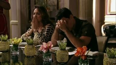 Muricy percebe a preocupação de Carminha com o acidente de Lúcio - A megera diz a Janaína que vai ao hospital com ela