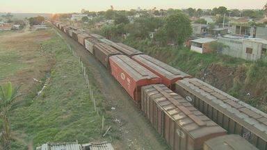Dois adolescentes são atropelados por trem ao 'surfarem' em locomotiva - Dois adolescentes, de 16 e 14 anos, foram atropelados por trem na tarde deste domingo (30) em Hortolândia (SP).