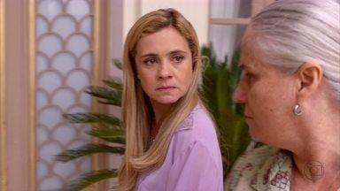 Carminha conta para Lucinda que Max foi expulso da mansão - A catadora aconselha a megera a sair da mansão de uma vez por todas