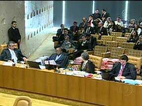 Ministro-relator do mensalão condena oitos réus por corrupção ativa - O relator do processo do mensalão, Joaquim Barbosa, votou nesta quarta (3) pela condenação por corrupção ativa do ex-ministro José Dirceu, do ex-presidente do PT José Genoino e do ex-tesoureiro do partido Delúbio Soares.