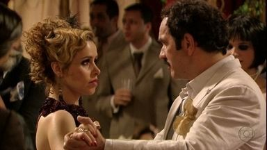 Nacib e Zarolha dançam tango - Ela fica em êxtase ao vê-lo no Bataclã e eles dormem juntos. Na manhã seguinte, ela se incomoda com a frieza e a distância do comerciante