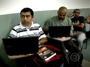 Universitários brasileiros apostam na tecnologia - Segundo duas pesquisas inéditas no Brasil, o número de universitários quase dobrou nos últimos dez anos no país. Eles querem fazer trabalhos voluntários, mas andam descrentes da política partidária.