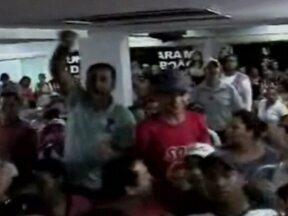 Polícia de Taboão da Serra investida responsáveis pelo 'quebra-quebra' na Câmara Municipal - A polícia de Taboão da Serra, na região metropolitana de São Paulo, abriu um inquérito para apurar os responsáveis pelas manifestações dentro da Câmara Municipal da Cidade. Dois guardas municipais e três manifestantes ficaram feridos.