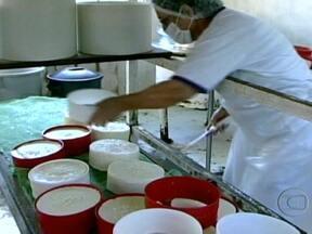 Selo de Origem: conheça o queijo da Serra da Canastra (MG) - O queijo canastra é um dos primeiro produtos a conseguir o selo de origem no Brasil. Para conseguir a certificação, os produtores tiveram que mostrar que fabricam o produto usando as mesmas características históricas que diferenciam a receita.