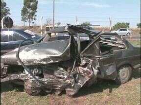 Um pessoa morre e duas ficam feridas em acidente na PR-482 - A batida envolveu três carros e foi entre Maria Helena e Umuarama.