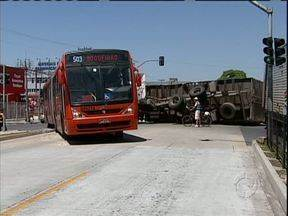 Acidente com caminhão bloqueia canaleta na Marechal Floriano, no Hauer - Ônibus biarticulados estão trafegando pelas ruas próximas