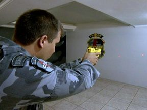 Rotam usa pistola elétrica que imobiliza com choque - A arma, que imobiliza com choque, gerou polêmica quando foi comprada para os agentes do departamento de trânsito. Eles chegaram a ser treinados, mas as pistolas que custaram mais de R$ 630 mil ao GDF, estão guardadas até hoje.