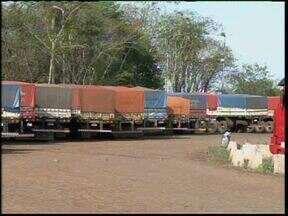 Operação Padrão da Receita Federal atrasa liberação de cargas - Com o rigor maior na fiscalização, os caminhoneiros tem passado até dez dias parados no pátio do porto de Guaíra.