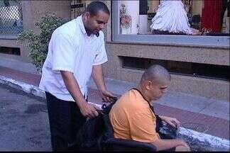 Deficientes físicos passam dificuldades para pegar táxi e ônibus no ES - Segundo sindicato dos taxistas, ninguém pode recusar viagem a deficiente.