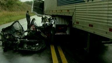 Quatro pessoas morrem em acidente na BR-116, próximo a Teófilo Otoni - Outro grave acidente matou sete pessoas em Conceição de Ipanema, no Vale do Rio Doce.