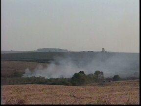 Incêndio queima área no Parque Estadual de Vila Velha - Bombeiros tiveram trabalho com as chamas altas