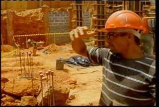 Homem morre soterrado em construção em Montes Claros - Um homem morreu soterrado e outro ficou ferido num desabamento no centro de Montes Claros. O acidente aconteceu durante as escavações da construção de um prédio.