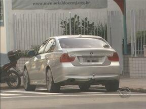 Motoristas desrespeitam regra e estacionam carro na faixa de pedestre - Pedestres precisam desviar dos veículos.