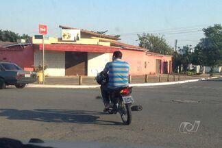 TV Anhanguera flagra motociclista trafegando sem capacete, em Goiânia - Homem carregava o equipamento de segurança no braço. Além de correr risco, o motociclista flagrado cometendo esse tipo de infração pode ter a CNH recolhida.