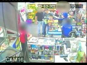 Bandido rouba supermercado duas vezes na mesma semana - Crime foi registrado pelas câmeras de segurança. Numa das vezes, o assaltante tinha um comparsa.