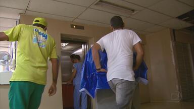 Solução para falta de elevador no Hospital das Clínicas deve demorar - O prédio tem 11 andares e muitos pacientes, médicos e funcionários são obrigados a usar as escadas. Cinco elevadores, dos oito, estão quebrados.