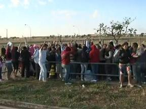 Greve causa confusão em dia de visita na Papuda - Com a paralisação dos agentes penitenciários, as visitas foram suspensas. Só que muitos só souberam disso na porta da penitenciária. Uma fila enorme se formou. Indignadas, as mulheres dos presos começaram a protestar.