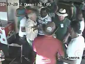 Câmeras registram momento em que homem tentou esfaquear candidato em Guapimirim - O circuito interno de segurança de um bar registou o momento em que um homem tentou esfaquear o candidato a prefeito da cidade, Zelito Tringuelê (PDT), durante a apuração dos votos.