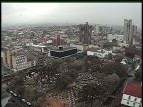 Frente fria traz chuva e queda nas temperaturas na região de Guarapuava - A quinta-feira vai ter mais chuva na cidade. À tarde o sol pode voltar a aparecer. A temperatura máxima não passa dos 21 graus.
