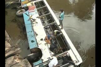 Ônibus cai de ponte e mata um agricultor no Pará - Outras 40 pessoas ficaram feridas no acidente que aconteceu em Bragança, no interior do Pará.