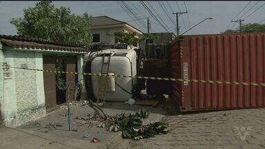 Caminhão descontrolado invade casa na Rodovia Cônego Domênico Rangoni - O veículo descontrolado matou um pedestre no acidente.