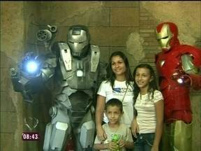 Nas ruas de Goiânia, super-heróis impressionam a criançada - Até o guarda municipal para para tirar foto com os brinquedos