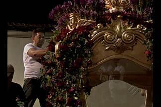 Berlinda é decorada durante a madrugada do Círio - Decoração contou com 800 vasos de flores plantadas.