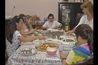 Após a procissão, famílias se reuniram para o almoço do Círio - Receitas regionais foram servidas na mesa.