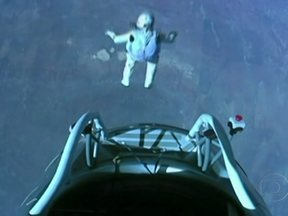 Paraquedista salta da estratosfera e quebra a barreira do som - O austríaco, de 43 anos, é o primeiro ser humano a voar em velocidade supersônica. Ele pulou de uma cápsula, levada por um balão, de 39km de altitude. O paraquedista bateu três recordes mundiais.